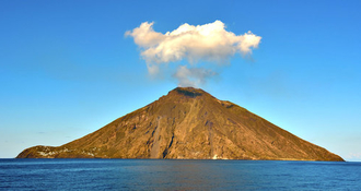 Volcans d'Italie : découvrez le Stromboli depuis le pont d'un navire