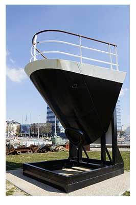 La proue d'un navire de croisière exposé au Havre