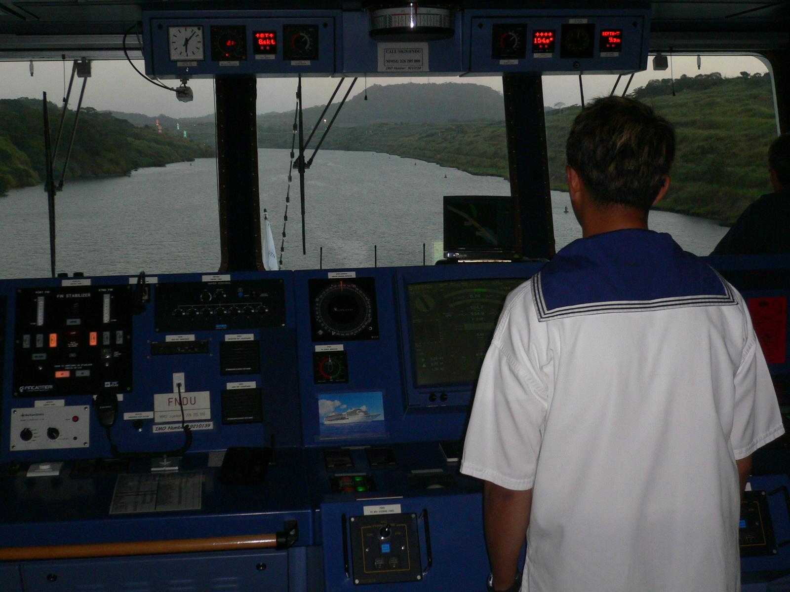 Vue sur le Canal de Panama depuis la passerelle d'un navire de croisière
