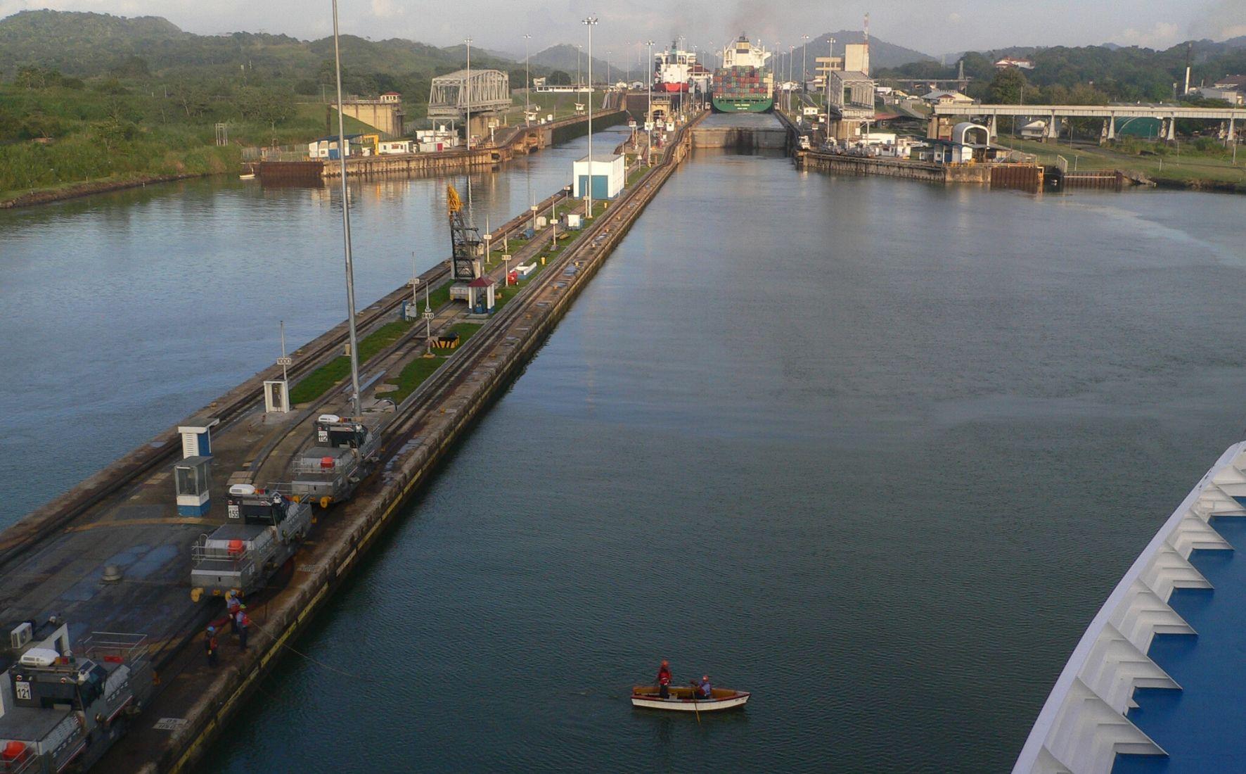 Entrée d'un navire sur le Canal de Panama