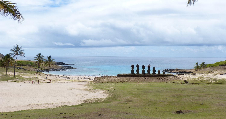 Vue sur les célèbres statues de l'Île de Pâques