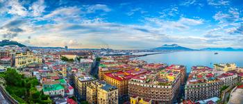 Partez à la découverte de la sublime ville de Naples en compagnie de Virginie Girod, docteure en histoire. Accompagnement francophone